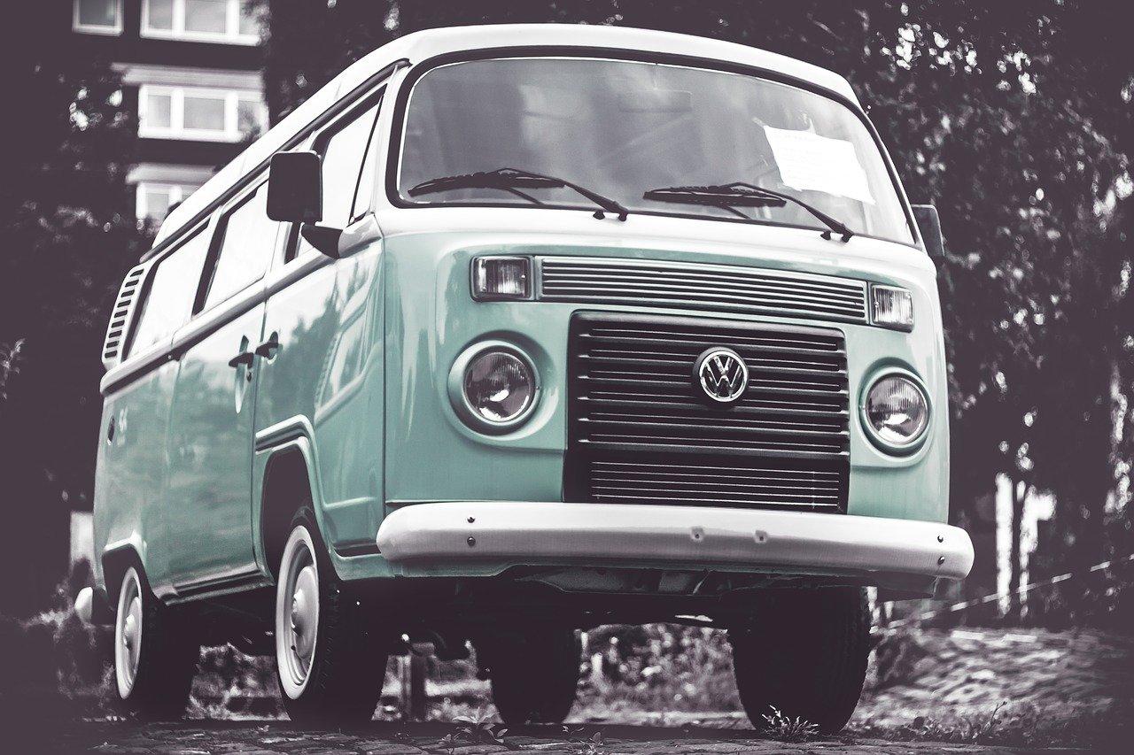 """Volkswagen Transporter, czyli kultowy """"Ogórek"""" – co warto wiedzieć o legendzie motoryzacji?"""